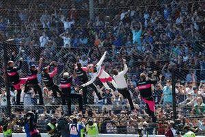 Helio Castroneves, Meyer Shank Racing Honda si arrampica sulla recinzione con il team