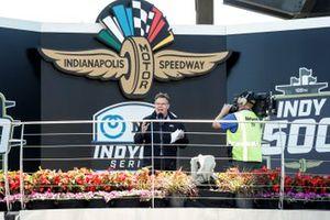 Jim Campbell de Chevrolet da la bienvenida a los aficionados