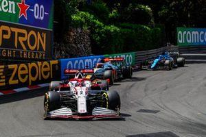 Kimi Raikkonen, Alfa Romeo Racing C41 , Daniel Ricciardo, McLaren MCL35M, e Fernando Alonso, Alpine A521