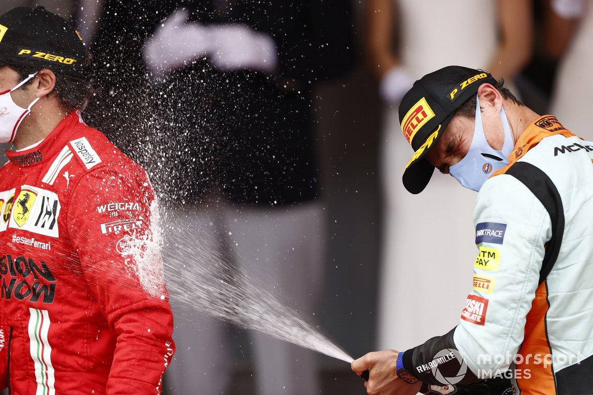 Podio: tercer lugar Lando Norris, McLaren y el segundo lugar Carlos Sainz Jr., Ferrari