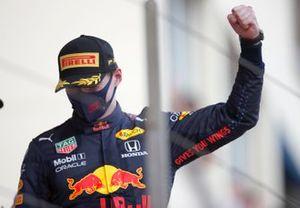 Max Verstappen, Red Bull Racing, primo classificato, arriva sul podio