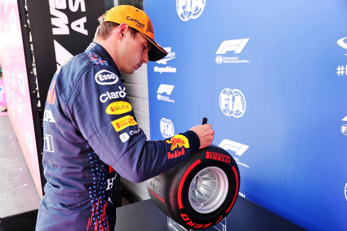 Ganador de la pole Max Verstappen, Red Bull Racing con el trofeo Pirelli Pole Position