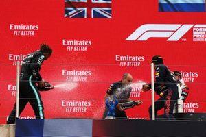 Le 2ᵉ, Sir Lewis Hamilton, Mercedes, Gianpiero Lambiase, ingénieur de course pour Red Bull Racing et le 3ᵉ Sergio Perez, Red Bull Racing et le vainqueur Max Verstappen, Red Bull Racing, sur le podium