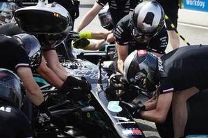 Los mecánicos trabajan en el coche de Lewis Hamilton, Mercedes W12, en el pit lane