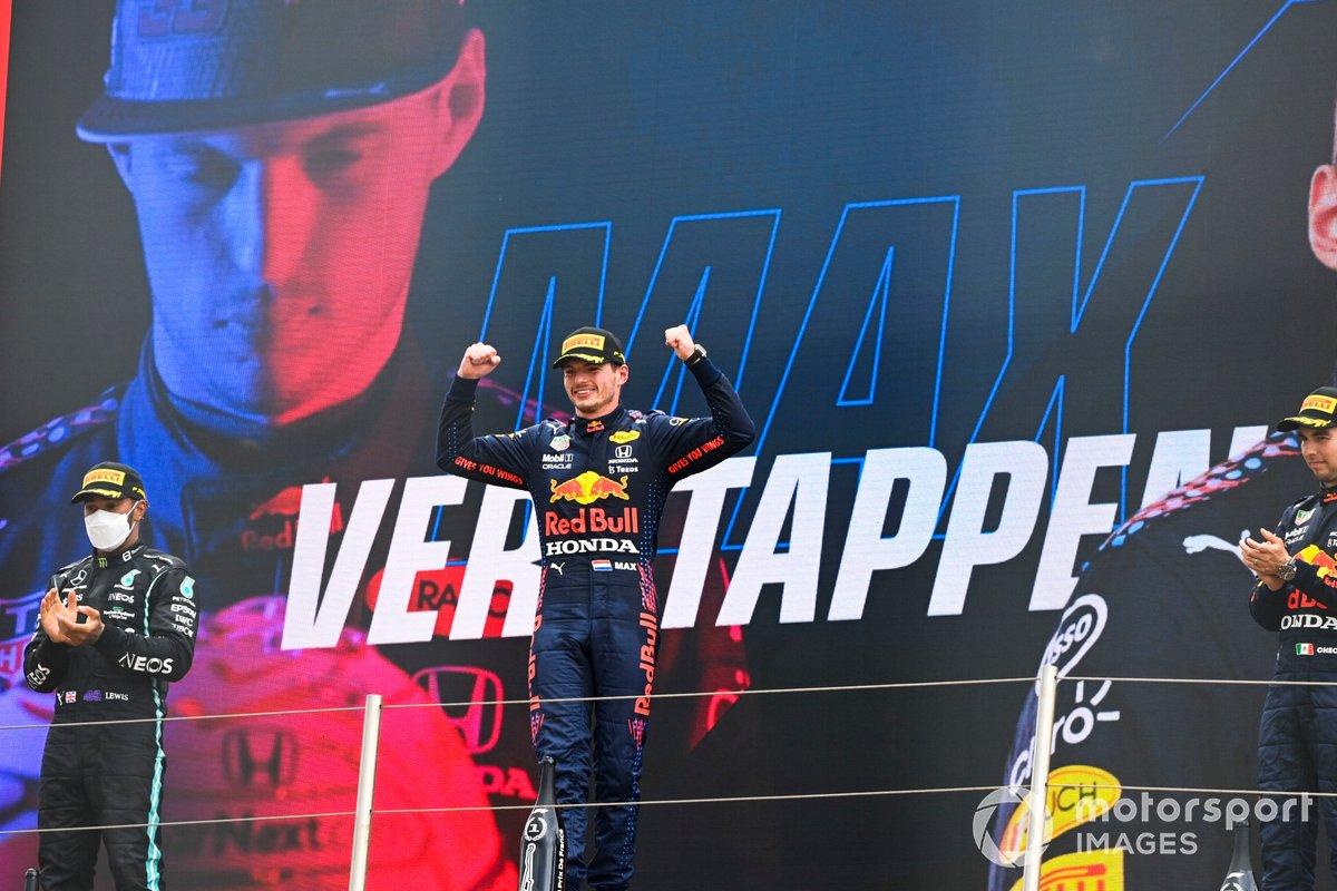 Podio: segundo lugar Lewis Hamilton, Mercedes, ganador Max Verstappen, Red Bull Racing, tercer lugar Sergio Pérez, Red Bull Racing
