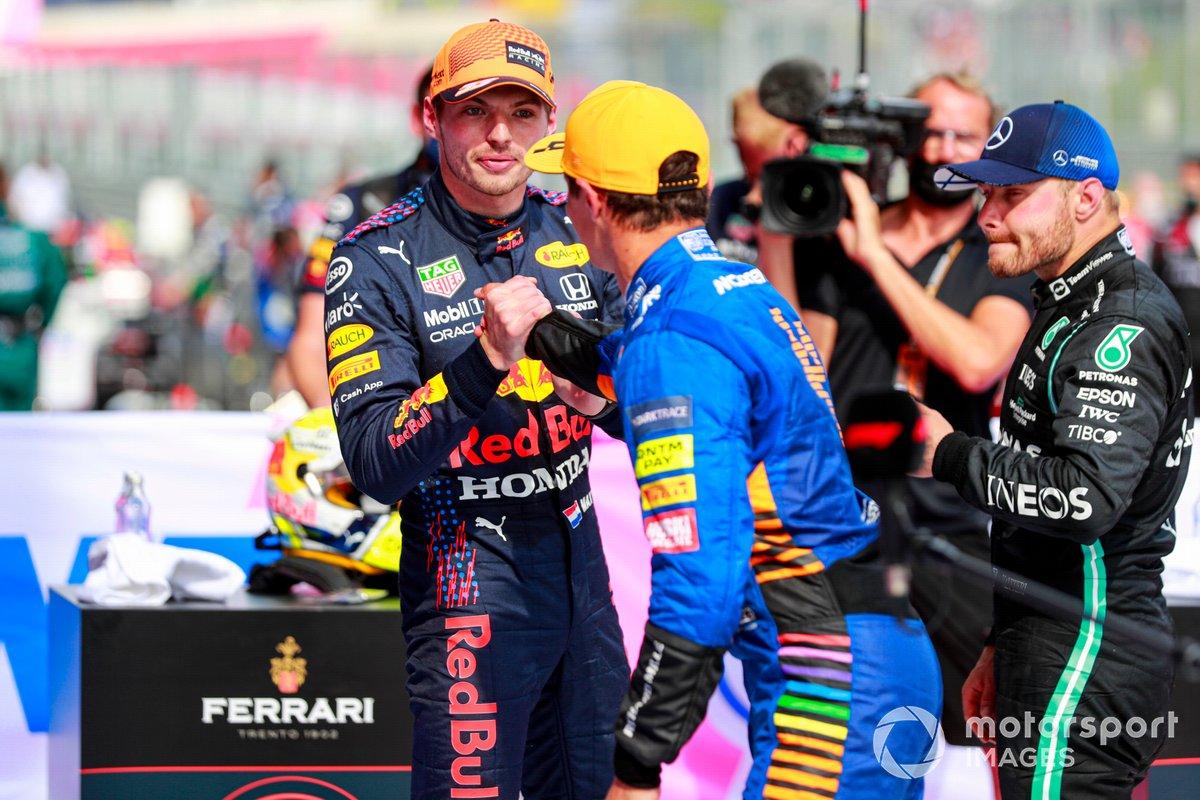 Ganador Max Verstappen, Red Bull Racing, y el tercer lugar Lando Norris, McLaren, se felicitan en Parc Ferme