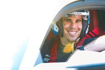 El piloto de Honda Robert Wickens, se prepara para conducir el Arrow Acura NSX, antes de la carrera