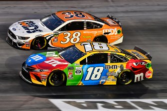 Kyle Busch, Joe Gibbs Racing, Toyota Camry M&M's and David Ragan, Front Row Motorsports, Ford Mustang MDS Transport