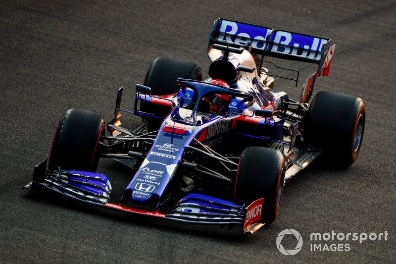 Kvyat y Raikkonen se chocan en la primera curva