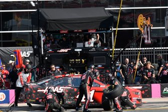 Daniel Suarez, Stewart-Haas Racing, Ford Mustang Haas Automation, makes a pit stop