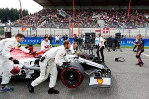 Kimi Raikkonen, Alfa Romeo Racing C38, arrives on the grid