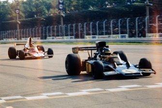 Ronnie Peterson, Lotus 72E Ford leads Emerson Fittipaldi, McLaren M23 Ford