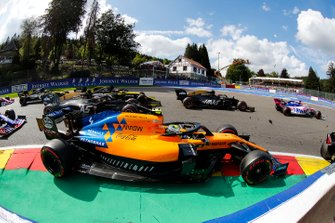 Kevin Magnussen, Haas F1 Team VF-19, batallas con Lando Norris, McLaren MCL34, Romain Grosjean, Haas F1 Team VF-19, Daniel Ricciardo, Renault F1 Team R.S.19, y Nico Hulkenberg, Renault F1 Team R.S. 19, en la salida
