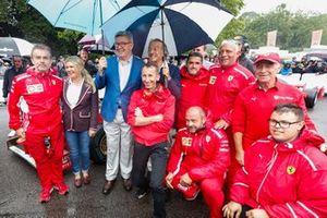 Corinna Schumacher, Ross Brawn, Luca Cordero di Montezemolo con i meccanici Ferrari prima della celebrazione per Michael Schumacher