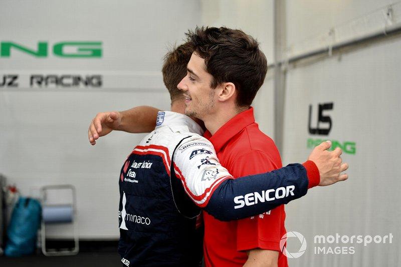 El piloto de F4 Sauber Junior Team Arthur Leclerc con Charles Leclerc, Ferrari