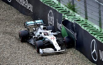 Lewis Hamilton, Mercedes AMG F1 W10, percute le mur mais poursuit sa course