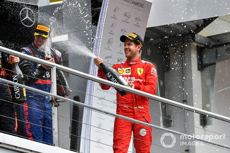 Sebastian Vettel, Ferrari, 2° classificato, spruzza lo Champagne, sul podio