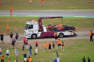 I tifosi invadono il circuito mentre la monoposto di Pierre Gasly, Red Bull Racing RB15 viene riportata ai box
