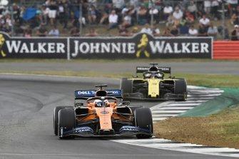 Carlos Sainz Jr., McLaren MCL34, leads Daniel Ricciardo, Renault F1 Team R.S.19