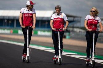 Antonio Giovinazzi, Alfa Romeo Racing recorre la pista en scooter