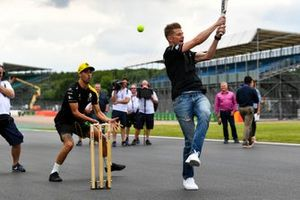 Nico Hulkenberg, Renault F1 Team and Daniel Ricciardo, Renault F1 Team playing cricket