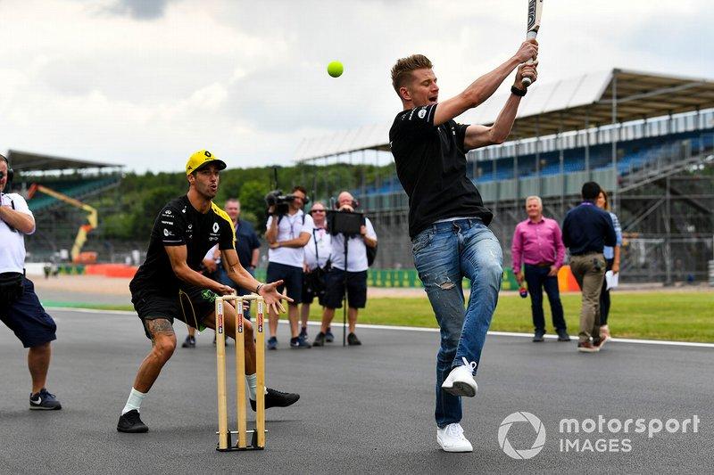 Nico Hulkenberg, Renault F1 Team and Daniel Ricciardo, Renault F1 Team playing cricket