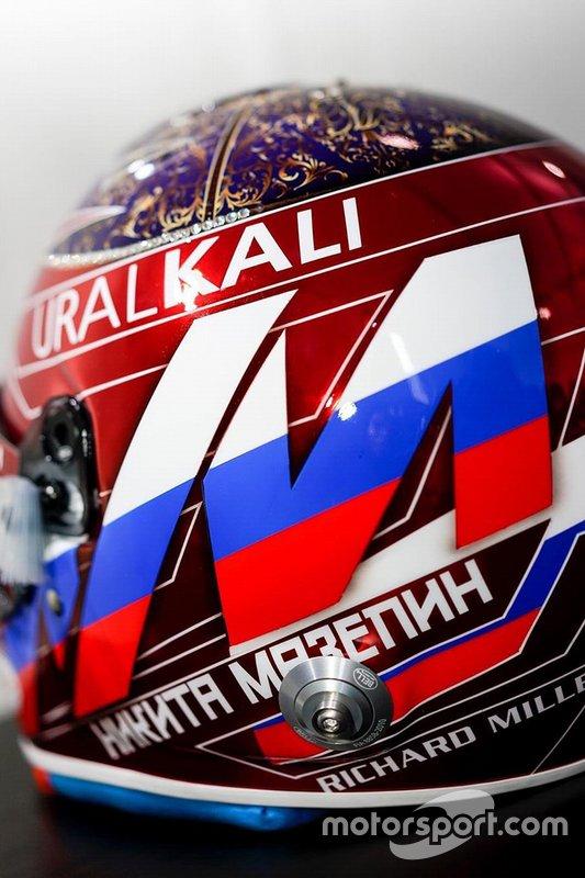 Шлем гонщика ART Grand Prix Никиты Мазепина