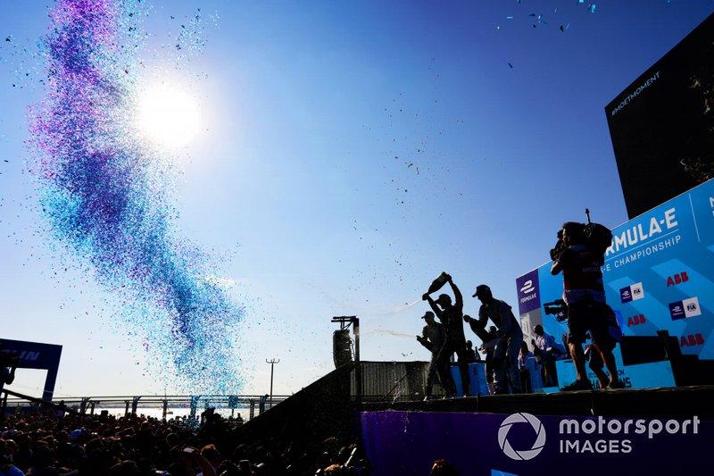 Lucas Di Grassi, Audi Sport ABT Schaeffler, Audi e-tron FE05, Jean-Eric Vergne, DS TECHEETAH, DS E-Tense FE19, Sébastien Buemi, Nissan e.Dams, Nissan IMO1, festeggiano sul podio con lo champagne