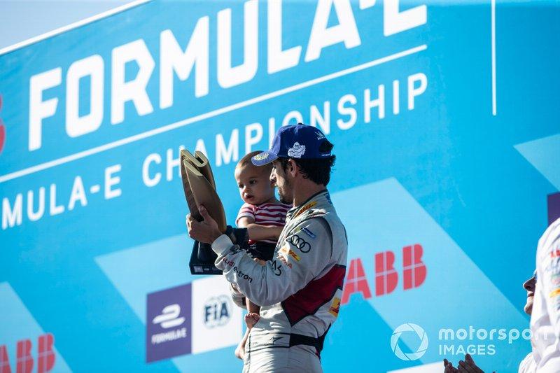 Lucas Di Grassi, Audi Sport ABT Schaeffler, terza posizione in campionato, con suo figlio Leonardo sul podio