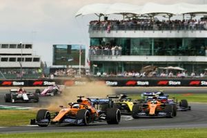 Carlos Sainz Jr., McLaren MCL34, leads Lando Norris, McLaren MCL34, Alexander Albon, Toro Rosso STR14, and the remainder of the field at the start