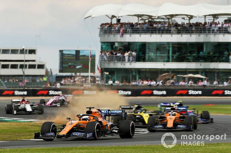Carlos Sainz Jr., McLaren MCL34, precede Lando Norris, McLaren MCL34, Alexander Albon, Toro Rosso STR14, e il resto delle auto all'inizio della gara