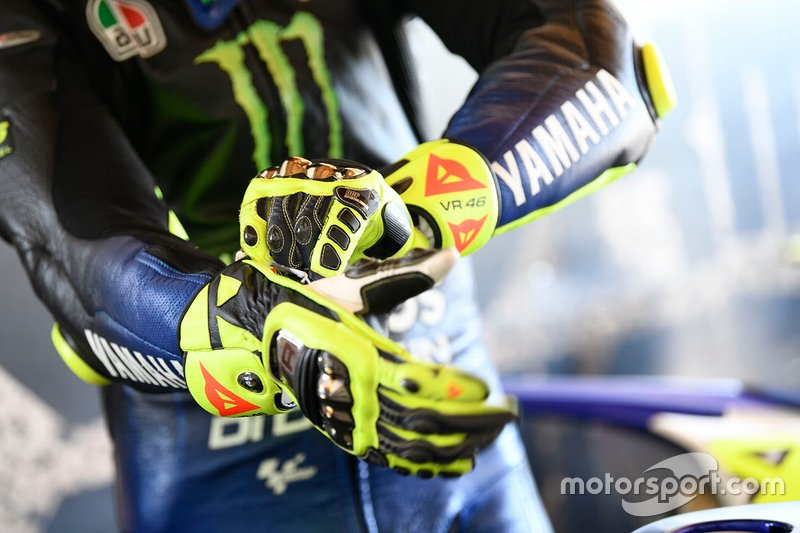 Gros plan sur les gants de Valentino Rossi, Yamaha Factory Racing