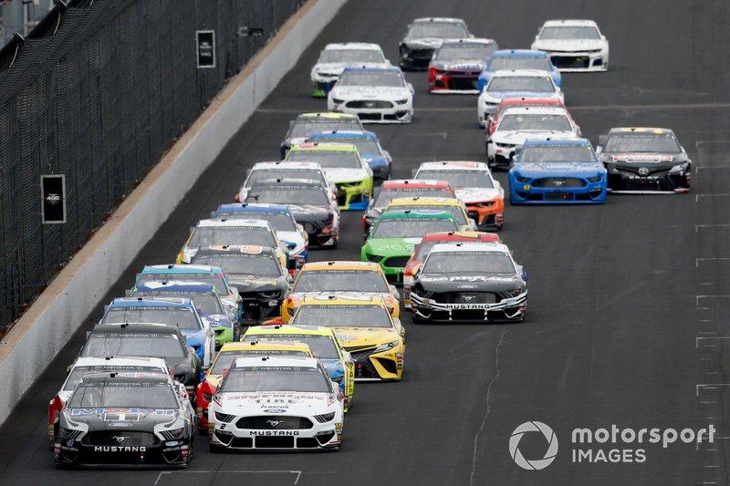 Brad Keselowski, Team Penske, Ford Mustang Discount Tire Kevin Harvick, Stewart-Haas Racing, Ford Mustang Mobil 1