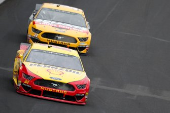 Joey Logano, Team Penske, Ford Mustang Shell Pennzoil Clint Bowyer, Stewart-Haas Racing, Ford Mustang Rush / Cummins
