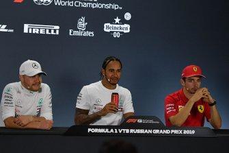Valtteri Bottas, Mercedes AMG F1, secondo classificato, Lewis Hamilton, Mercedes AMG F1, primo classificato, e Charles Leclerc, Ferrari, terzo classificato in conferenza stampa