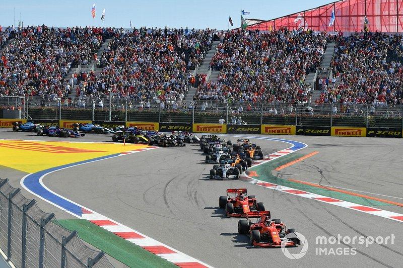 Sebastian Vettel, Ferrari SF90, precede Charles Leclerc, Ferrari SF90, Lewis Hamilton, Mercedes AMG F1 W10, Carlos Sainz Jr., McLaren MCL34, Valtteri Bottas, Mercedes AMG W10, e il resto delle auto all'inizio della gara