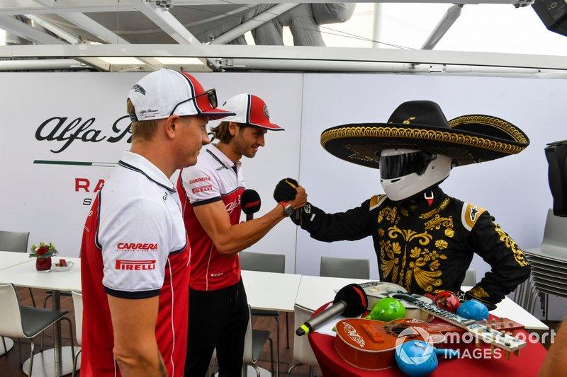 Kimi Raikkonen, Alfa Romeo Racing, Antonio Giovinazzi, Alfa Romeo Racing e Mario Achi