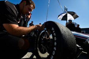 Josef Newgarden, Team Penske Chevrolet, crew, Firestone tire