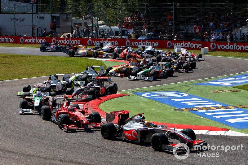 Lewis Hamilton foi o pole, mas tinha estratégia de duas paradas.