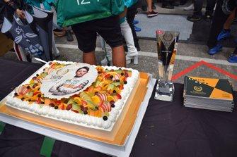 スーパーGT参戦100戦目を迎えた吉本大樹を祝うケーキ
