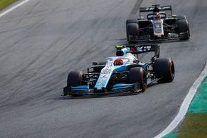 Robert Kubica, Williams FW42, devant Romain Grosjean, Haas F1 Team VF-19