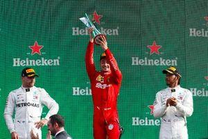 Le deuxième, Valtteri Bottas, Mercedes AMG F1, le vainqueur Charles Leclerc, Ferrari, et le troisième, Lewis Hamilton, Mercedes AMG F1, sur le podium