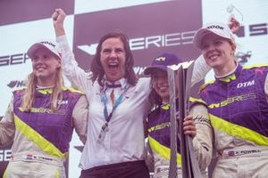 Beitske Visser, Catherine Bond Muir, CEO, Jamie Chadwick and Alice Powell celebrate on the podium with the trophy