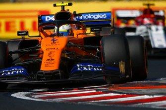 Lando Norris, McLaren MCL34, devant Kimi Raikkonen, Alfa Romeo Racing C38