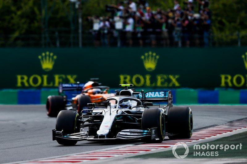 Valtteri Bottas, Mercedes AMG W10, Carlos Sainz Jr., McLaren MCL34