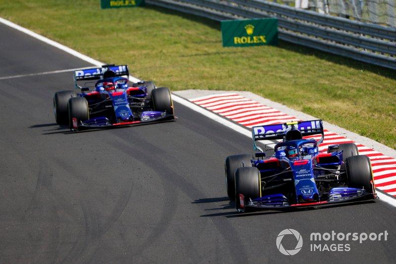 Alexander Albon, Toro Rosso STR14, lidera Daniil Kvyat, Toro Rosso STR14