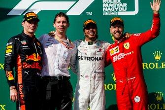 Max Verstappen, Red Bull Racing, tweede plaats, Matt Deane, Chief Mechanic, Mercedes AMG, racewinnaar Lewis Hamilton, Mercedes AMG F1, en Sebastian Vettel, Ferrari, derde plaats, op the podium