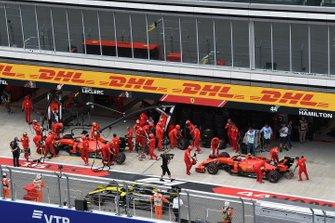 Sebastian Vettel, Ferrari SF90, et Charles Leclerc, Ferrari SF90, au stand