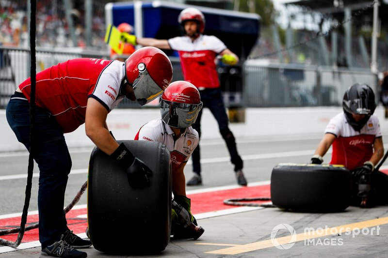 The Alfa Romeo Racing pit crew ready for a stop during practice