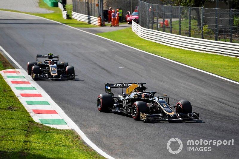 Romain Grosjean, Haas F1 Team VF-19, precede Kevin Magnussen, Haas F1 Team VF-19